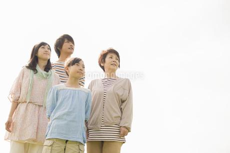 遠くを眺める3世代家族の写真素材 [FYI04558090]