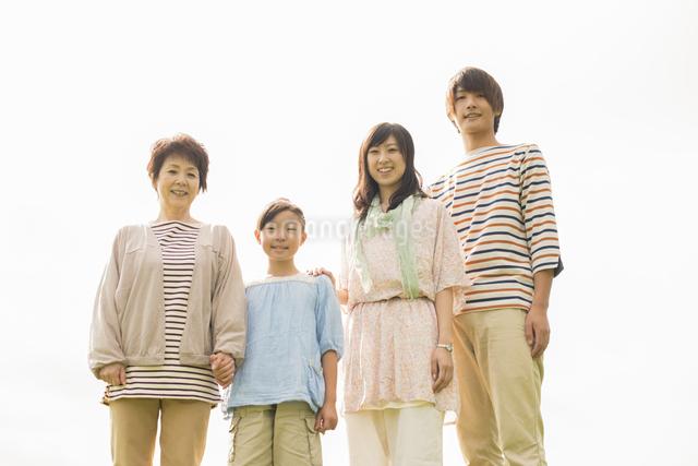 微笑む3世代家族の写真素材 [FYI04558100]