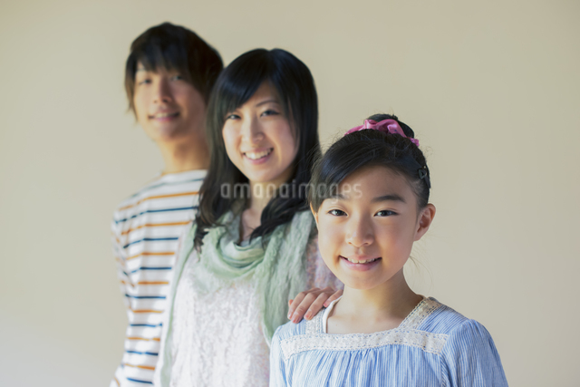 微笑む家族の写真素材 [FYI04558102]