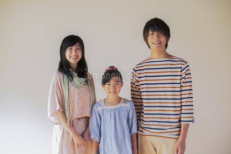 微笑む家族の写真素材 [FYI04558111]