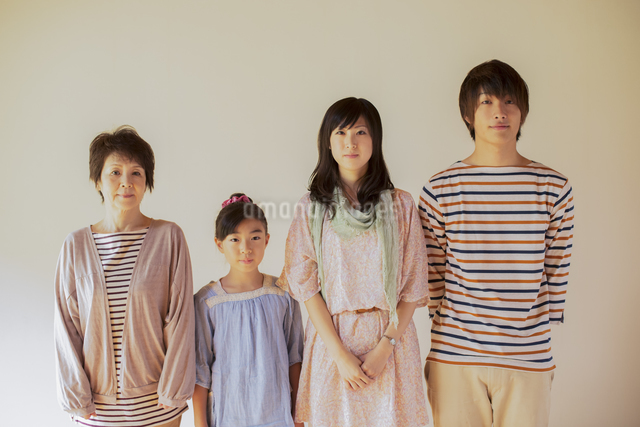 微笑む3世代家族の写真素材 [FYI04558115]