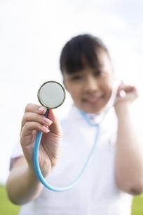 聴診器をあてる看護師の手元の写真素材 [FYI04558123]