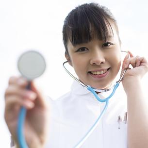聴診器をあてる看護師の写真素材 [FYI04558124]