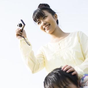 カメラを構える女性の写真素材 [FYI04558178]