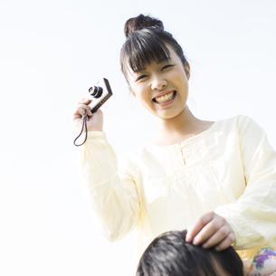カメラを構える女性の写真素材 [FYI04558179]