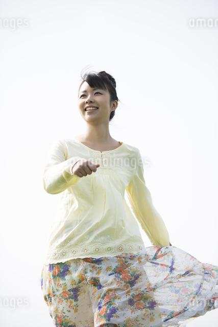 風の中を歩く女性の写真素材 [FYI04558238]