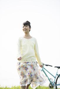 草原を歩く女性の写真素材 [FYI04558239]