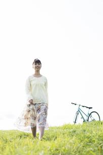 草原を歩く女性の写真素材 [FYI04558249]