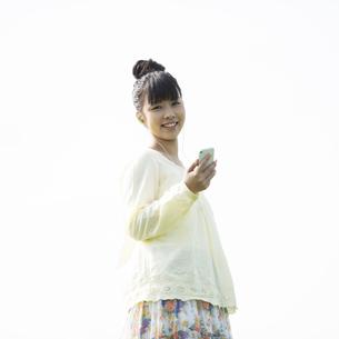 スマートフォンで音楽を聴く女性の写真素材 [FYI04558252]