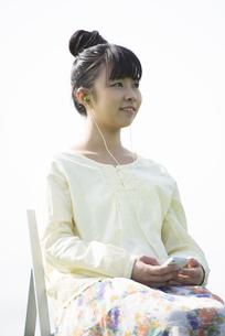 スマートフォンで音楽を聴く女性の写真素材 [FYI04558275]