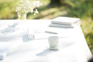 白いテーブルの写真素材 [FYI04558447]