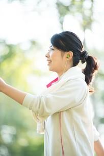 自然の中でウォーキングをする女性の横顔の写真素材 [FYI04558458]