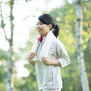 自然の中でジョギングをする女性の写真素材 [FYI04558467]