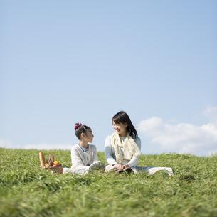 草原でピクニックをする親子の写真素材 [FYI04558551]