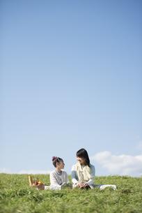 草原でピクニックをする親子の写真素材 [FYI04558554]