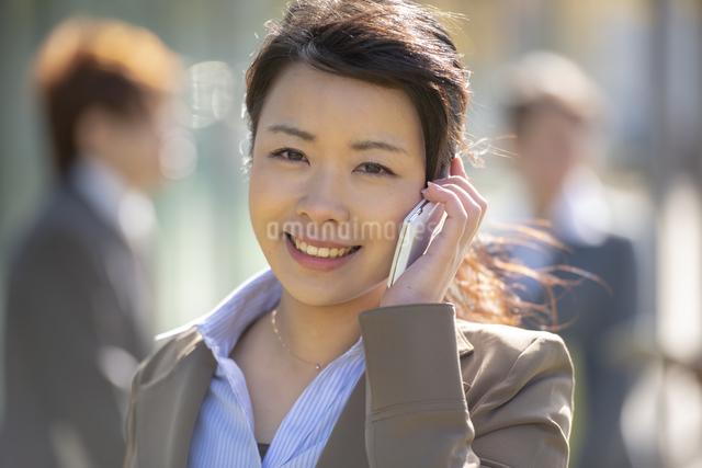 電話をかけるビジネスウーマンの写真素材 [FYI04558584]