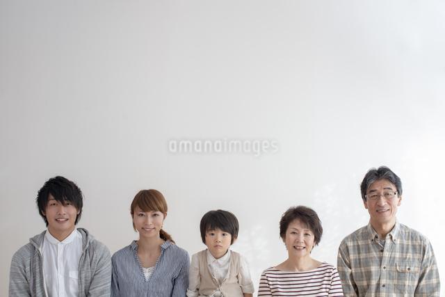 微笑む3世代家族の写真素材 [FYI04558600]