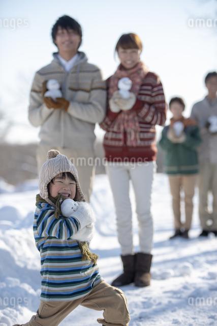 雪だるまを持ち微笑む3世代家族の写真素材 [FYI04558607]