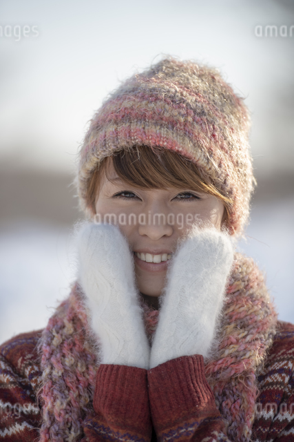頬に手をあて微笑む女性の写真素材 [FYI04558613]