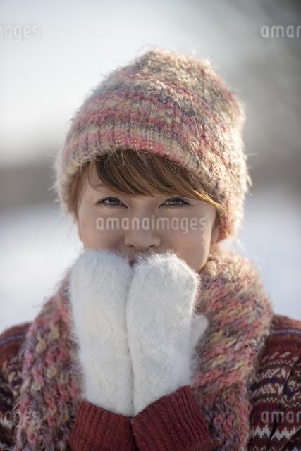 口元に手をあて微笑む女性の写真素材 [FYI04558614]