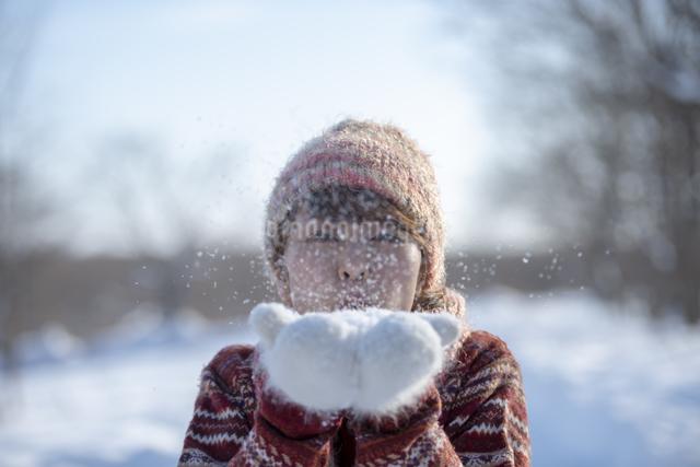 雪を吹く女性の写真素材 [FYI04558618]