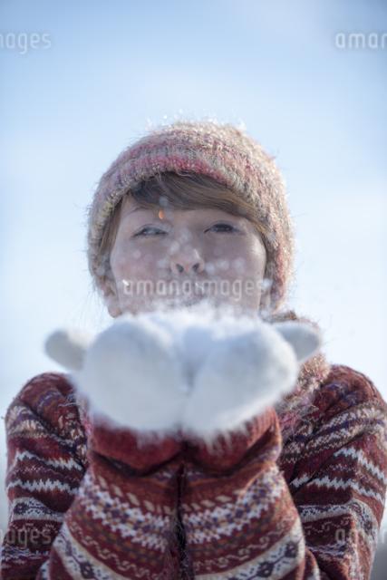 雪を吹く女性の写真素材 [FYI04558619]