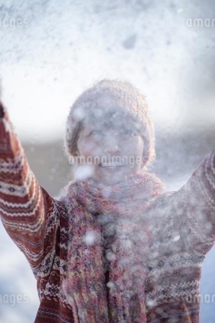 雪を舞い上げる女性の写真素材 [FYI04558620]