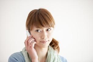 スマートフォンで電話をする女性の写真素材 [FYI04558621]
