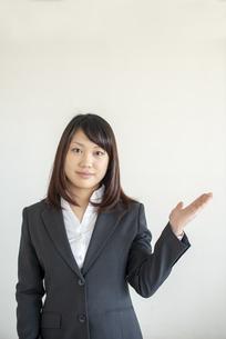 手をかざすビジネスウーマンの写真素材 [FYI04558645]