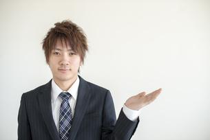 手をかざすビジネスマンの写真素材 [FYI04558649]
