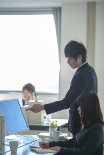 新入社員を指導するビジネスマンの写真素材 [FYI04558654]