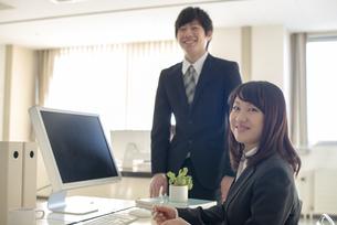 オフィスで微笑むビジネスウーマンの写真素材 [FYI04558656]