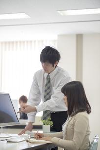 後輩を指導するビジネスマンの写真素材 [FYI04558658]