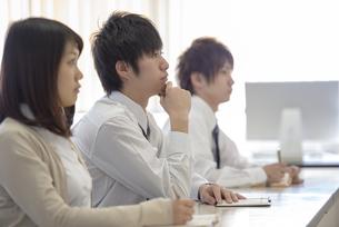 研修に参加するビジネスマンの写真素材 [FYI04558671]