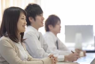 研修に参加するビジネスマンの写真素材 [FYI04558675]
