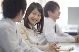研修に参加するビジネスマンの写真素材 [FYI04558681]
