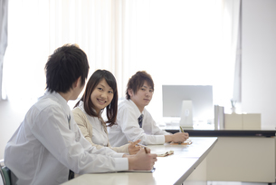 研修に参加するビジネスマンの写真素材 [FYI04558682]