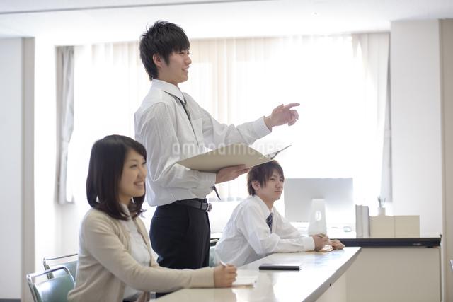 会議で発言するビジネスマンの写真素材 [FYI04558684]