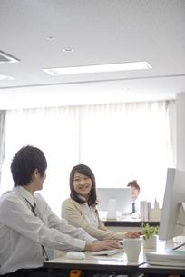 オフィスで話をするビジネスウーマンの写真素材 [FYI04558695]