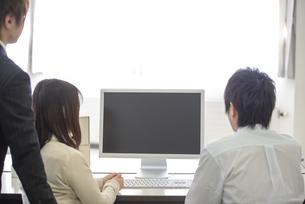 研修に参加するビジネスマンの後ろ姿の写真素材 [FYI04558729]