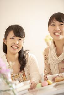 ティータイムを楽しむ2人の女性の写真素材 [FYI04558751]