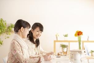 ティータイムを楽しむ2人の女性の写真素材 [FYI04558752]