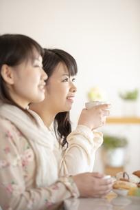 ティータイムを楽しむ2人の女性の写真素材 [FYI04558759]