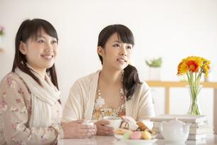 ティータイムを楽しむ2人の女性の写真素材 [FYI04558760]