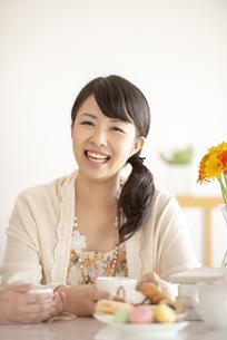 コーヒーカップを持ち微笑む女性の写真素材 [FYI04558762]