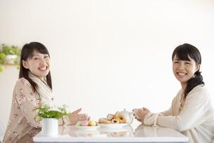 ティータイムを楽しむ2人の女性の写真素材 [FYI04558763]