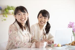 微笑む2人の女性の写真素材 [FYI04558766]