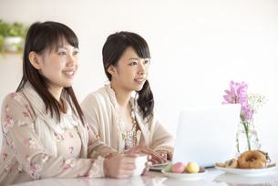 微笑む2人の女性の写真素材 [FYI04558767]
