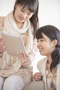タブレットPCを見る2人の女性の写真素材 [FYI04558771]