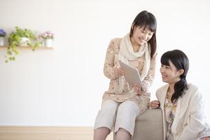 タブレットPCを見る2人の女性の写真素材 [FYI04558773]